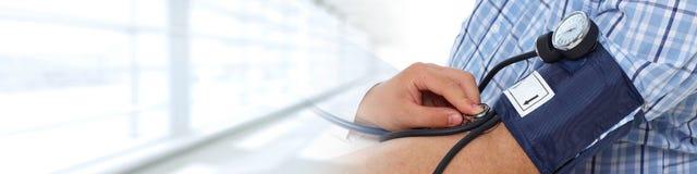 доктор крови измеряя терпеливейшее давление Стоковое фото RF
