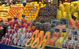 Октябрь 2017, Барселона Стопы еды в рынке Boqueria Стоковое Изображение