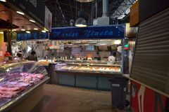 Октябрь 2017, Барселона Стопы еды в рынке Boqueria Стоковое Фото