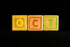 Октябрь на деревянное кубическом на черной предпосылке Стоковое фото RF