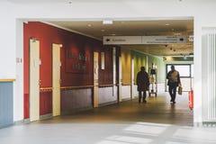 Октябрь 2018 Helios Klinikum Крефельд Германии Внутренняя внутренность больницы Просторные дезертированные коридоры станции, пола стоковое изображение rf