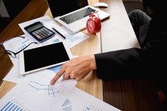 документы бизнесмена на таблице офиса с портативным компьютером и Стоковые Изображения RF