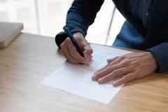 документ контракта бизнесмена подписывая делая дело на офисе, b Стоковое Изображение