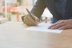 документ контракта бизнесмена подписывая делая дело на офисе, b Стоковая Фотография