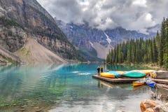 Окунать на озере морен в канадских скалистых горах Стоковое Изображение