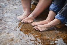 Окунать ноги в воде Стоковые Изображения