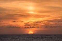 Окунать Солнце на северном побережье Корнуолла стоковое фото