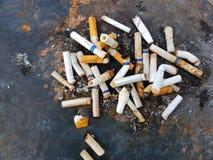 Окурки в ветре, плох привычки, наркомания Стоковые Изображения