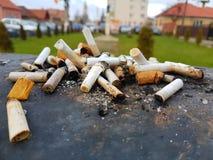 Окурки в ветре, плох привычки, наркомания Стоковые Фото