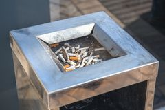 Окурки или ящик stubs публично без стойк около мола Курить плох Стоковые Изображения