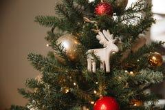 Олени игрушки рождества деревянные на рождественской елке стоковое фото rf