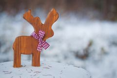 Олени игрушки рождественской елки с лентой на снеге С экземпляр-космосом Стоковые Фотографии RF