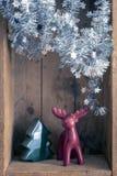 Олени и дерево украшения рождества вычисляют в backgr деревянной коробки стоковое фото