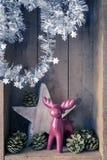 Олени украшения рождества вычисляют и играют главные роли в backgr деревянной коробки стоковое фото