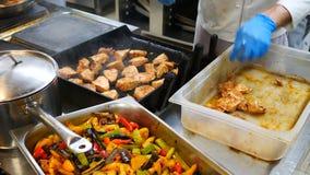 оливка масла кухни еды принципиальной схемы шеф-повара свежая над салатом ресторана Шеф-повар в белой форме контролирует степень  сток-видео