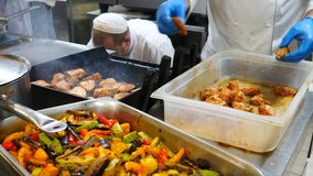 оливка масла кухни еды принципиальной схемы шеф-повара свежая над салатом ресторана Шеф-повар в белой форме контролирует степень  акции видеоматериалы