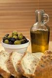 оливки зеленого масла черного хлеба прованские деревенские Стоковые Изображения