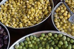 Оливки различных разнообразий в больших vats, взгляд сверху, испанского рынка Стоковые Фотографии RF