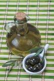 Оливковое масло девственницы на bamboo циновке Стоковая Фотография RF