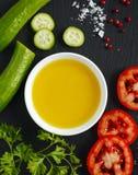Оливковое масло, свежие овощи, травы и специи Стоковое Изображение RF