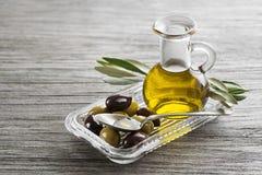 Оливковое масло с оливками и ветвью стоковая фотография rf