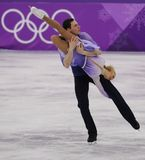 Олимпийские чемпионы Aljona Savchenko и Bruno Massot Германии выполняют в парах катаясь на коньках свободно катающся на коньках н стоковые фотографии rf