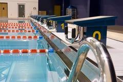 олимпийское заплывание бассеина Стоковая Фотография