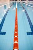 олимпийское заплывание бассеина Стоковое Изображение