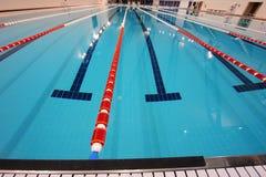 олимпийское заплывание бассеина Стоковое Фото