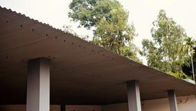 Олово полиняло крышу традиционного дома стоковое фото