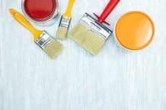 Олов с красной и оранжевой краской, комплектом щеток Плоский взгляд Стоковое Изображение RF