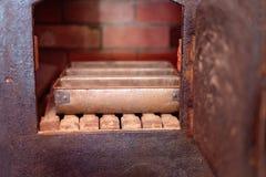 Олов хлеба в винтажной печи стоковое фото rf