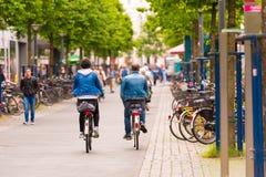 ОЛЬДЕНБУРГ, ГЕРМАНИЯ - 10-ОЕ ИЮНЯ 2017: Группа в составе велосипедисты ехать вокруг старого городка Скопируйте космос для текста стоковые изображения