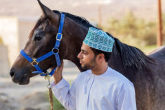 Оманский человек с его лошадью Стоковые Фото