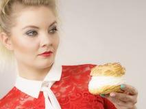 Оман держит торт слойки сливк стоковые фото