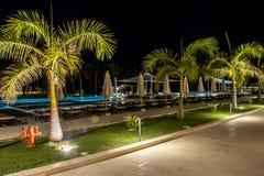 Оман, Salalah, 19 10 2016 - изумительная ноча освещает ладони бассейна гостиниц залива Fanar Souly Al гостиницы стоковые фотографии rf