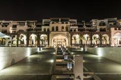 Оман, Salalah, 19 10 2016 - изумительная ноча освещает берег океана гостиниц залива Fanar Souly Al гостиницы стоковые фотографии rf