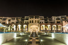 Оман, Salalah, 19 10 2016 - изумительная ноча освещает берег океана 2 гостиниц залива Fanar Souly Al гостиницы стоковое изображение rf
