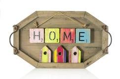 домашние текст и небольшие дома на деревянной предпосылке Стоковая Фотография