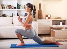 домашняя йога стоковые изображения