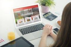 домашняя компьтер-книжка используя женщину Кулинарная концепция блога вебсайта Стоковые Изображения RF
