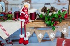 домашняя помадка Оформление белого рождества на винтажной естественной деревянной предпосылке Стоковые Фотографии RF