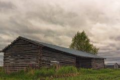 2 дома амбара под облаками шторма Стоковые Изображения RF