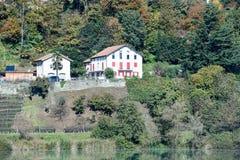 2 дома на береге озера Muzzano Стоковое Изображение RF