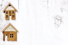 2 дома на деревянной предпосылке - концепции свойства недвижимости Стоковые Фотографии RF
