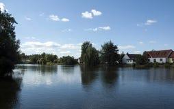 дома приближают к пруду Стоковое Изображение