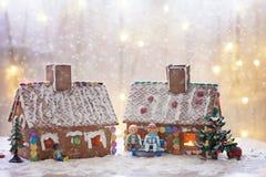 2 дома пряника, дерево и люд сидя на стенде, wint Стоковые Изображения RF