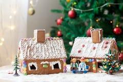 2 дома пряника, дерево и люд сидя на стенде, wint Стоковое Изображение RF
