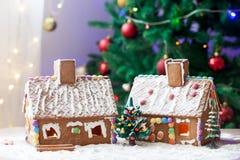 2 дома пряника, дерево и люд сидя на стенде, wint Стоковые Изображения