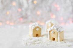 3 дома пряника на предпосылке bokeh и снега Стоковые Фотографии RF